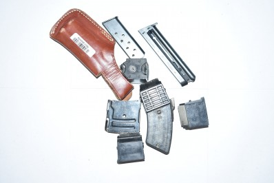 1 LEATHER HANDGUN HOLSTER / ASSORTED SMALL CALIBER MAGAZINES (HIGH CAPACITY)